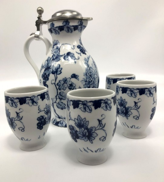 Hand-decorated wine jug with tin lid and 4 cups made of quality porcelain in cobalt blue